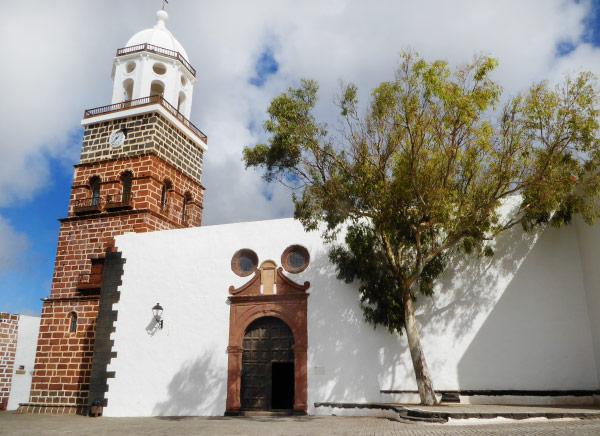 Església amb l'estil d'arquitectura típic de les Illes Canàries que trobareu durant la ruta per Lanzarote