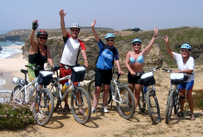 Grup pedalant per la costa de Portugal. Rutes en bicicleta.