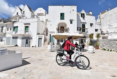 turista amb bicicñeta elèctrica a Puglia