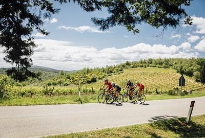 grupeta de ciclistes per algún poble de la toscana