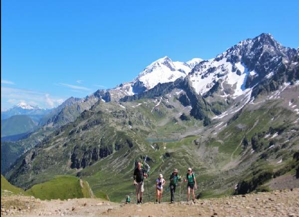senderistes caminant davant d'una muntanya